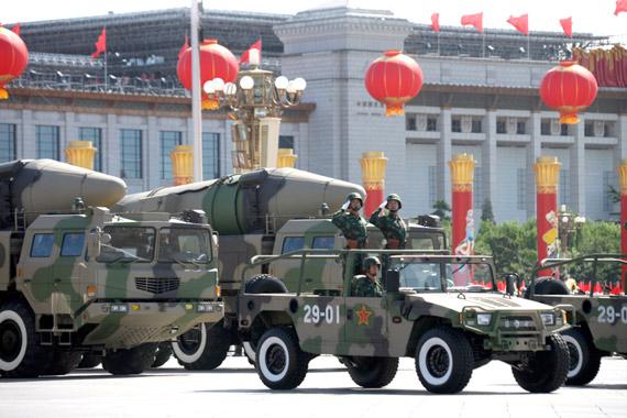 资料图:新中国成立60周年阅兵亮相的东风-21C中程弹道导弹方队