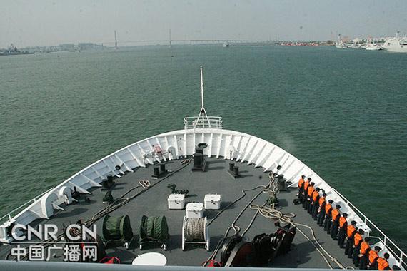 和平方舟号驶离湛江某军港码头彭洪霞摄