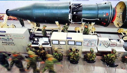 中国新型弹道导弹弹头首度曝光(《解放军画报》2009年1B期)。这种弹头外形较为复杂,外界认为其安装了多种用于增强突防能力的设备。