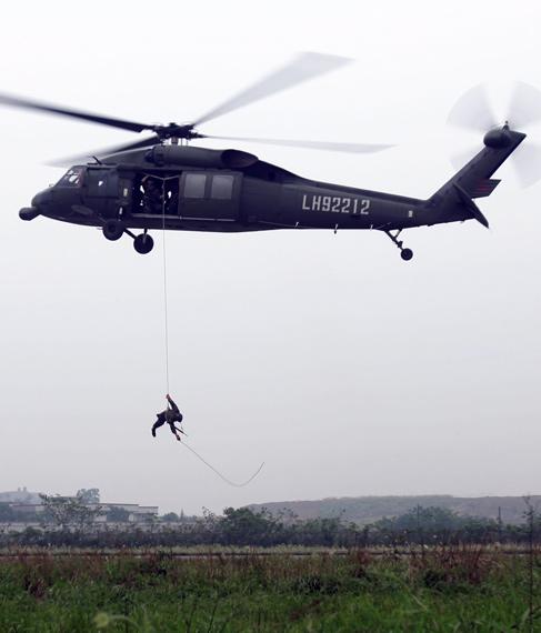 资料图:中国军队黑鹰直升机作战训练