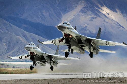 空军歼11战机在高原机场上升空练习战术