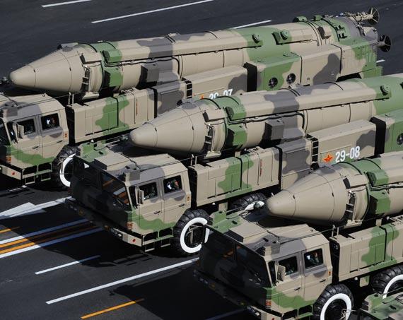 中国大阅兵展示的最新东风21C中程地对地导弹