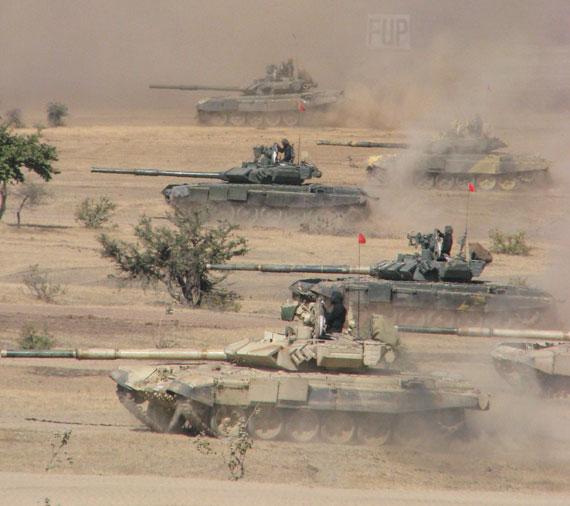 印度陆军T-90S主战坦克群编队进攻