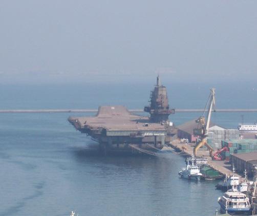 资料图:停靠在大连港的中国瓦良格号航母