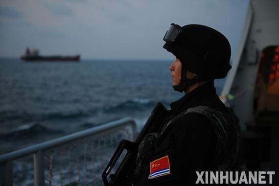 中国第五批护航编队动用重机枪进行反海盗演练