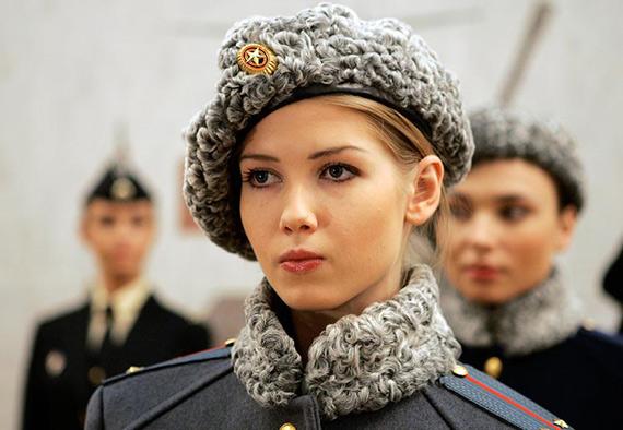 在俄军新军装发布会上,模特正在展示俄陆军冬季女兵服
