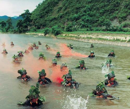 资料图:朝鲜军人进行武装泅渡训练