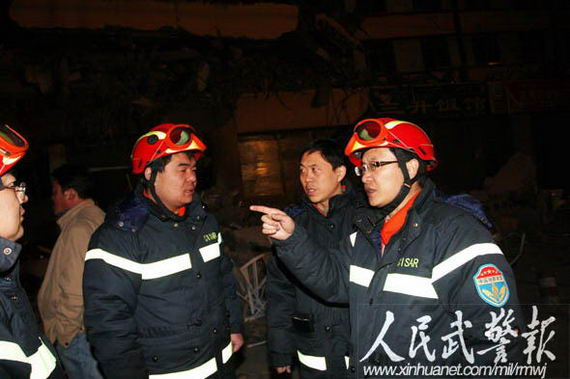 Rescue Team Chief Medical Officer Hou Shike medical team is being organized to discuss the situation for the earthquake relief measures. Source: People's Armed Police News