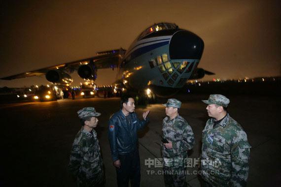 资料图:空军出动伊尔76运送人员和救灾设备