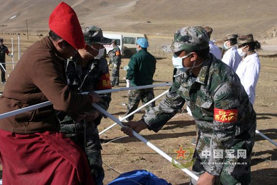 救灾军人搭建帐篷医院邓洪祥摄