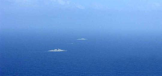 4月22日,日本海上自卫队飞机拍摄到中国海军舰队在公海上航行
