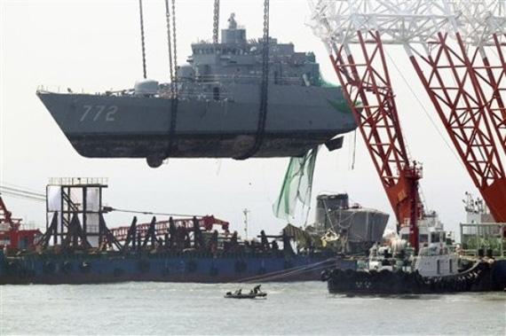 韩国天安号军舰舰艏被打捞出水准备运上大型驳船