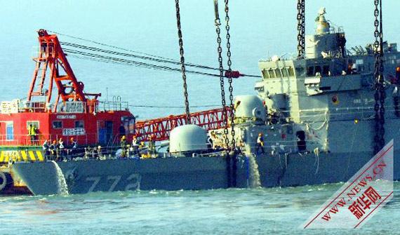 """资料图:4月24日,在韩国白翎岛附近水域,工作人员在打捞""""天安""""号警戒舰舰首。"""