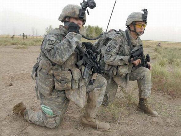 資料圖:正在使用聯合戰術無線電係統(JTRS)的美軍士兵。
