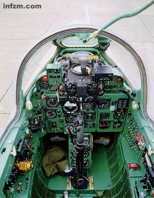 FT-7 aircraft cockpit, there are different models to improve the follow-up equipment