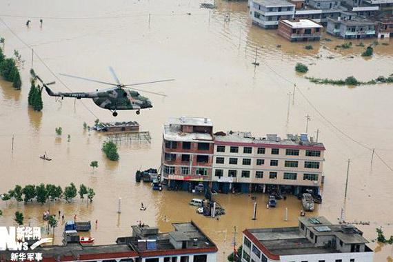 直升机飞抵受灾严重的唱凯镇。赵�摄