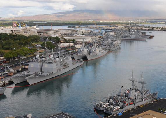 """""""环太平洋2010""""演习在夏威夷海域进行,将一直持续到8月1日。图为停泊在珍珠港内的美军战舰"""
