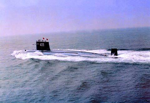 资料图:中国海军潜艇水面行驶