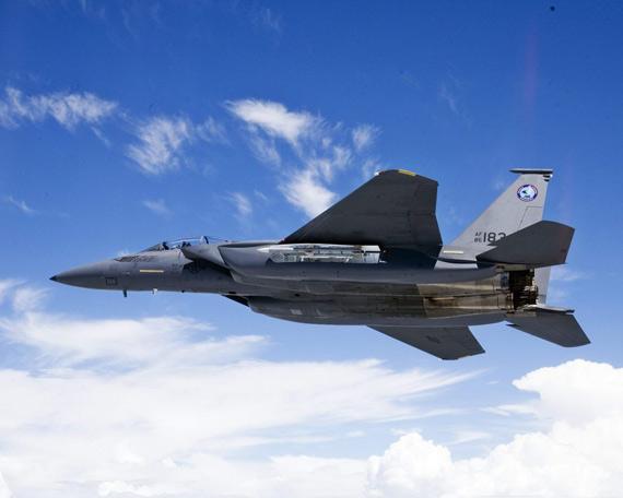 """美国波音公司研制的低成本隐身战机F-15E1""""沉默鹰"""",本月10日刚刚完成首飞"""