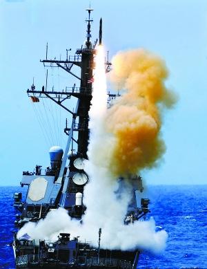 """环太平洋军演,美国""""本福尔德""""号驱逐舰垂直发射防空导弹。"""