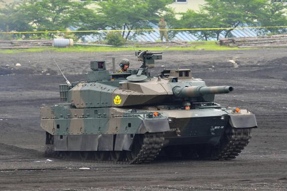 2010年7月11日,日本10式主战坦克(曾经命名为TK-X坦克)于在日本富士学校进行机动性展示。