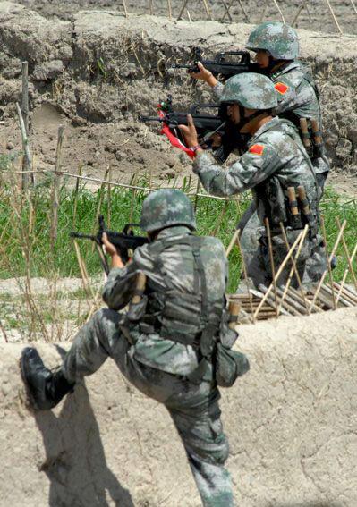 资料图:中方特种部队在中俄联合反恐军演中演练对敌攻击