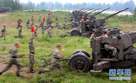 8月3日,参加演练的高炮分队快速就位。