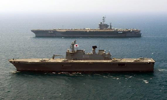 7月27日,美韩联合舰队在日本海举行军演。图为韩国海军独岛号两栖攻击舰和美军华盛顿号航母。