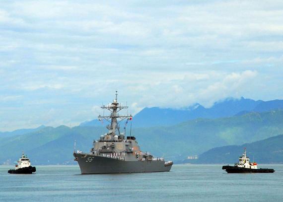 资料图:美国海军麦凯恩号驱逐舰访问越南