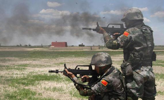 """资料图:""""和平使命2009年""""上合组织军演中,解放军士兵正在进行突击"""