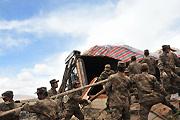 兰州军区部队在灾区搭建帐篷