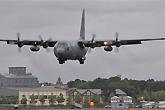 伴随枭龙前来的一架C-130运输机