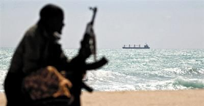 Somali pirates threaten robbed and killed 23 South Korean hostages. The picture shows a Somali pirate in the sea, far from the Greek cargo ship hijacked by pirates Figure/Eastern IC