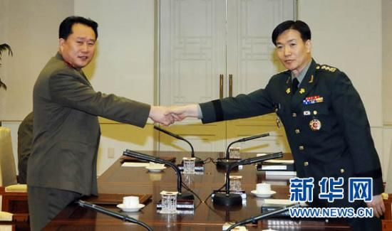 2 August, South Korean side in Panmunjom, South Korean Defense Ministry chief of North Korea policy of the text still are Colonel (right) and the right of the Korean People's Army Colonel Mr. Lee shook hands before talks begin.