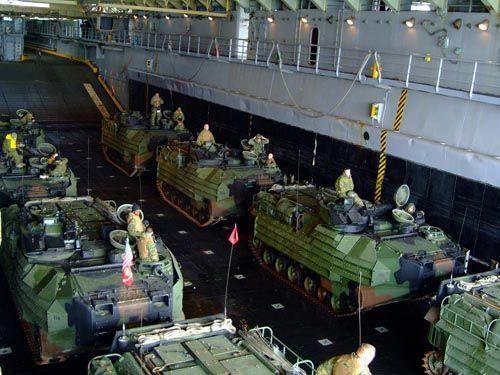 美军两栖攻击舰的船舱内的美国海军陆战队两栖战车