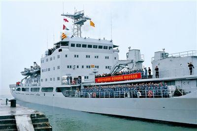 """""""洞庭湖""""舰起航前往南沙执行补给任务。仲继军摄"""