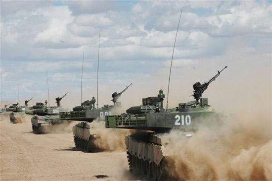 解放军99式主战坦克编队冲锋