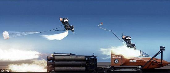 在接近1000公里的测试时速下,装有模拟人体的座舱被从F-35模拟驾驶座舱内成功弹射出来。