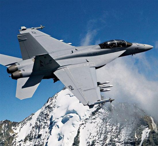 资料图:美军F-18战机挂弹在高山上空飞行