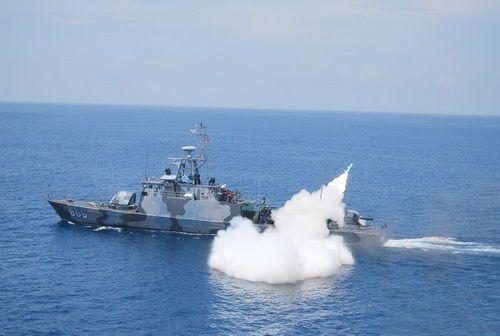 资料图:印尼导弹艇发射中国产C802反舰导弹。