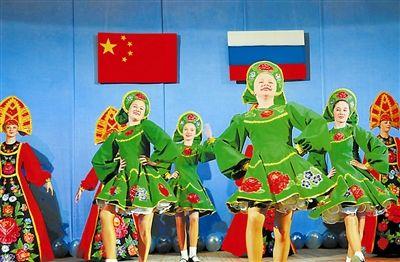 """2008年和2009年,俄罗斯符拉迪沃斯托克""""海洋""""全俄儿童中心曾接待近千名中国地震灾区儿童疗养。图为俄罗斯少年为中国小朋友进行歌舞表演。新华社发"""