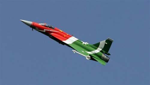 """资料图:中国和巴基斯坦联合研制的""""枭龙""""战机"""