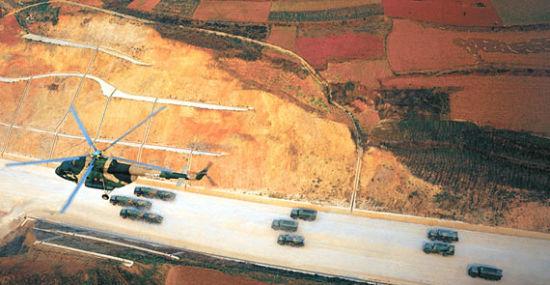 解放军二炮部队战略战术导弹部队快速机动。