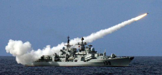 资料图:解放军海军在南海某海域举行三大舰队联合作战演习。