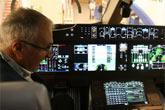 外国专业观众体验C919座舱