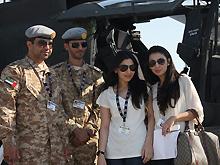 阿拉伯美女参观迪拜航展与大兵合影