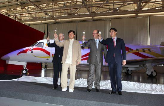 巴西航空工业公司向成龙交付其订购的莱格赛650公务机