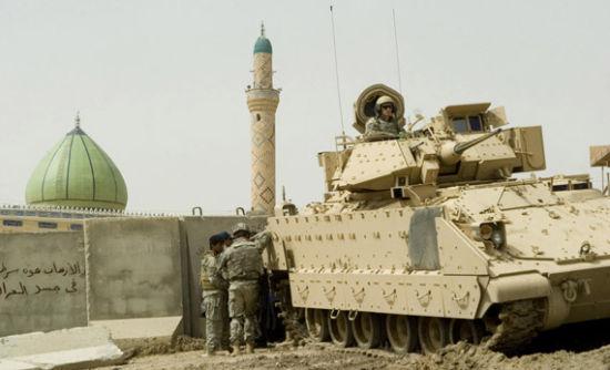 资料图:驻伊美军的布莱德利战车