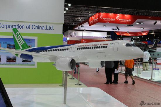 2月14日,国产C919客机模型亮相新加坡航展。摄影:刘煊