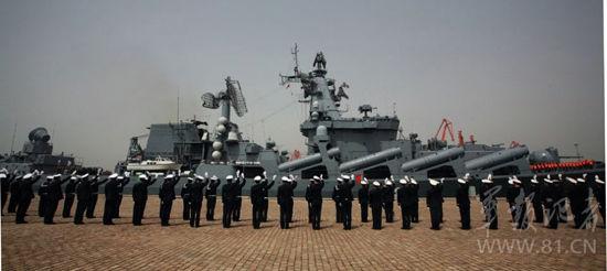 俄方舰艇驶离青岛港码头
